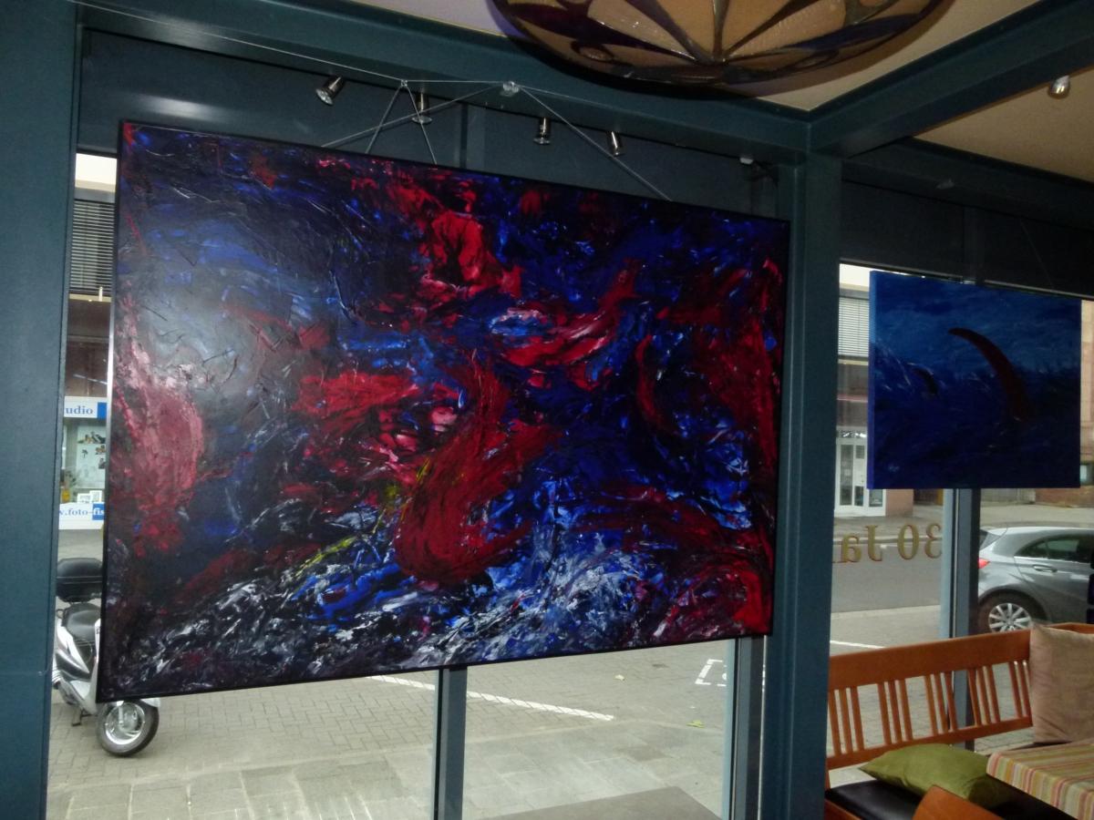 """""""Riesenrot"""" Riesenbilder im kleinen Cafe, sogar das geht."""